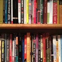 Foto tirada no(a) Bridge Street Books por S em 7/14/2012