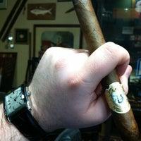 รูปภาพถ่ายที่ Signature Cigars โดย Michael W. เมื่อ 2/16/2012