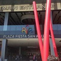 Foto tomada en Plaza Fiesta San Agustín por Ivan F. el 3/10/2013