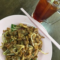 Photo taken at Heng Heng Kopitiam 興興美食中心 by Melvin W. on 4/20/2017