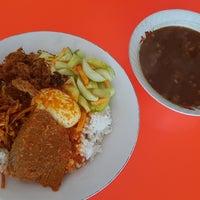 Photo prise au Rumah Makan Marannu par Kumala D. le6/24/2017