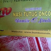 Photo taken at Warung Nasi Tutug Oncom - Bumbu Sunda by Mumu L. on 12/6/2012