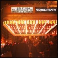 2/16/2013 tarihinde Susie S.ziyaretçi tarafından Warner Theatre'de çekilen fotoğraf