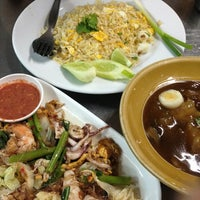 Photo taken at Mueang Thong Crab-meat Fried Rice 1 by yada .. on 7/6/2013