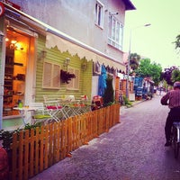 Снимок сделан в Büyükada Şekercisi Candy Island Cafe Patisserie пользователем Yalçın Y. 5/21/2015