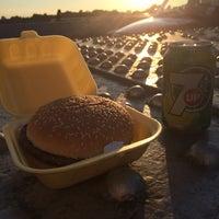 Foto scattata a Chelsea Bridge Burger da Hajar A. il 6/21/2014
