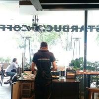 Foto tomada en Starbucks por Yuliana S. el 7/1/2015