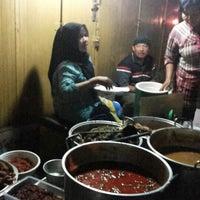 Photo taken at Lesehan Nasi Gudeg Cukupan Batas Kota by Jendhi S. on 10/21/2014