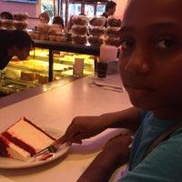 Foto tomada en Junior's Restaurant por Shani A. el 8/8/2018