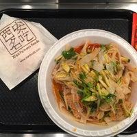 Das Foto wurde bei Xi'an Famous Foods von Zac Z. am 2/23/2015 aufgenommen