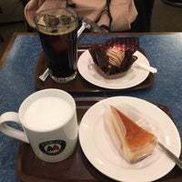 Photo taken at MORIVA COFFEE (モリバコーヒー) 自由が丘店 by view v. on 12/18/2016
