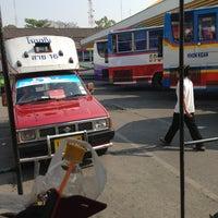 Das Foto wurde bei Khon Kaen Bus Terminal von Nut Y. am 3/12/2013 aufgenommen