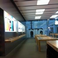 Photo taken at Apple by Leonardo T. on 3/20/2013
