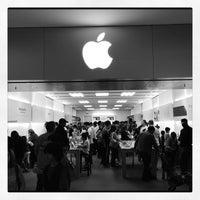 Photo taken at Apple Stoneridge Mall by Martin G. on 10/13/2012