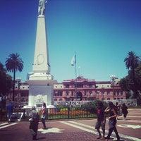Foto tirada no(a) Plaza de Mayo por Elen C. em 4/13/2013