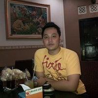 Photo taken at Waroeng Makan Kusuma Sari by Agung R. on 5/29/2013