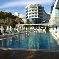 Das Foto wurde bei Q Premium Resort Hotel Alanya von Uğur İ. am 4/4/2013 aufgenommen