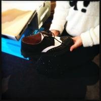 รูปภาพถ่ายที่ John Fluevog Shoes โดย Joseph W. เมื่อ 1/6/2013