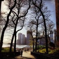 Das Foto wurde bei Brooklyn Heights Promenade von Greg C. am 5/5/2013 aufgenommen
