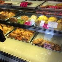 Foto tomada en New Flushing Bakery por Justine D. el 10/21/2014