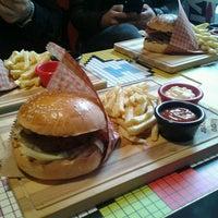 2/19/2015 tarihinde Ümit S.ziyaretçi tarafından Retro Burger'de çekilen fotoğraf