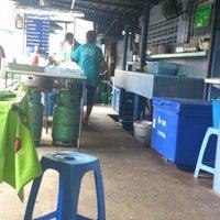 Photo taken at ป๋าอู๊ด ราดหน้ายอดผัก by BE N. on 2/5/2014