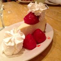 Foto scattata a The Cheesecake Factory da Peter P. il 4/15/2013