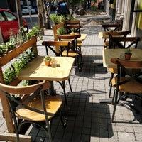 Foto tomada en Lorenzo / Café. Bar. por Jordan K. el 3/23/2018