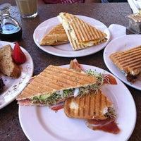 Foto tomada en Rico's Café Marina por Winnie K. el 3/31/2013