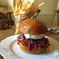 Photo prise au Dish – Fine Burger Bistro par Kiyoshi S. le7/8/2013