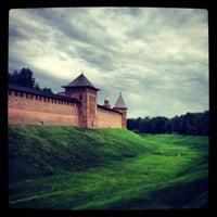 Das Foto wurde bei Novgorod Kremlin von Gulnaz K. am 6/16/2013 aufgenommen
