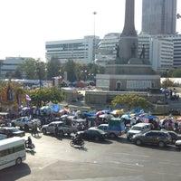 Photo taken at Victory Monument. ท่ารถอ่างทอง by Tamas G Kery on 1/15/2014