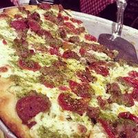 Foto scattata a Grimaldi's Pizzeria da Dan T. il 4/15/2013