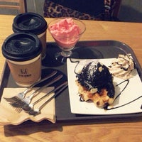 Photo taken at 카페 로플라 by Yeseul J. on 11/27/2013
