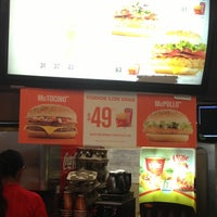 Photo taken at Fast Food Plaza Arcos by Luis on 4/15/2013