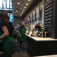 Das Foto wurde bei Starbucks von Chris H. am 10/23/2017 aufgenommen