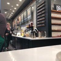 Das Foto wurde bei Starbucks von Chris H. am 10/2/2017 aufgenommen