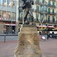 Das Foto wurde bei Plaça d'Urquinaona von Cris O. am 3/22/2013 aufgenommen