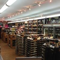 Foto tirada no(a) McCabes Wine & Spirits por Jackie S. em 8/1/2013