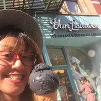 Foto tomada en Van Leeuwen Artisan Ice Cream por Stroumph el 6/20/2018