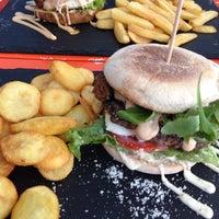Das Foto wurde bei Dulf's Burger von Bogdan am 9/7/2014 aufgenommen