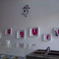 รูปภาพถ่ายที่ Yummy Greek Frozen Yogurt โดย Ismene S. เมื่อ 6/27/2013