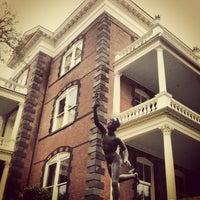 3/24/2013 tarihinde Alexandra H.ziyaretçi tarafından Calhoun Mansion'de çekilen fotoğraf
