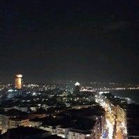 12/13/2013 tarihinde Gamze K.ziyaretçi tarafından Ege Palas Roof Bar'de çekilen fotoğraf