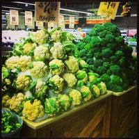 Foto tirada no(a) Central Market por Brian S. em 12/26/2012