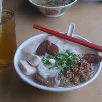 Photo taken at 三间庄猪肉丸粉 Pork Ball Noodle by Nicholas L. on 4/7/2013
