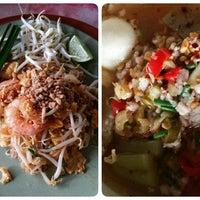 Photo taken at ร้านติ๊ด ผัดไทกุ้งสด by Zazani G. on 10/2/2014