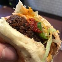 รูปภาพถ่ายที่ Superiority Burger โดย Guido เมื่อ 10/18/2017
