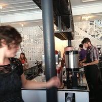 9/1/2013 tarihinde Beth R.ziyaretçi tarafından Intelligentsia Coffee Bar'de çekilen fotoğraf