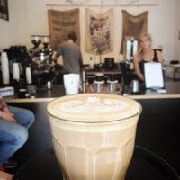 Das Foto wurde bei coffee nerd von coffee n. am 7/25/2014 aufgenommen